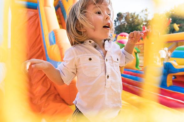 Kind met plezier in springkasteel