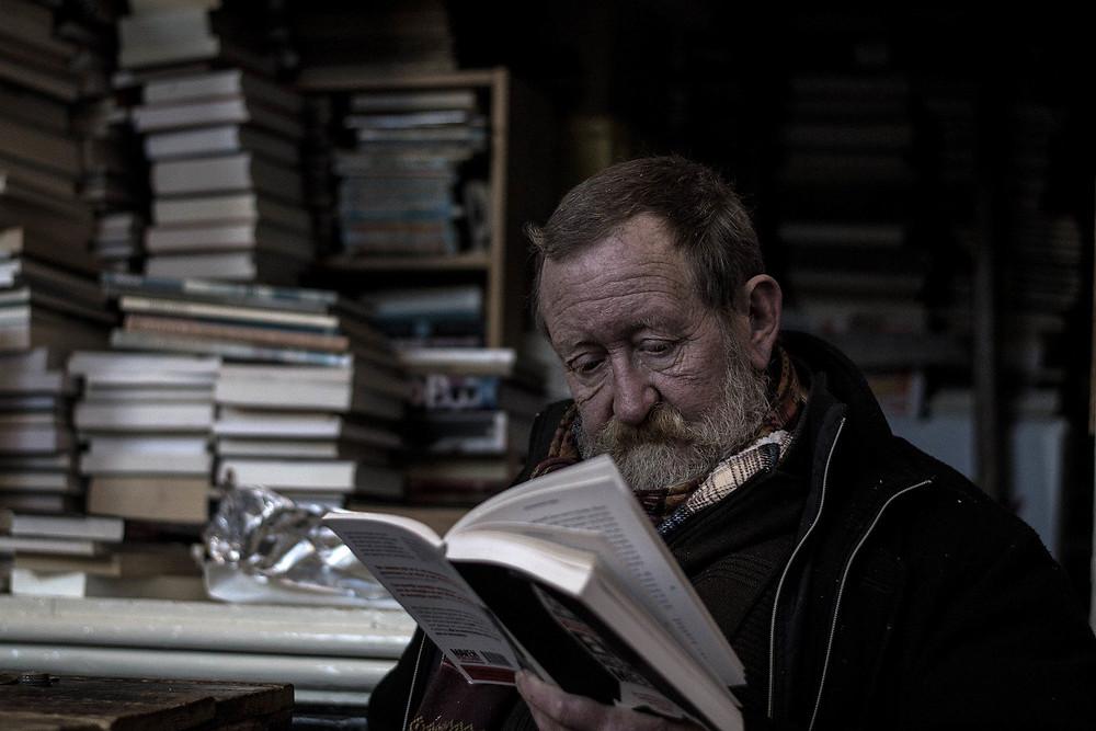 איש מבוגר קורא ספר