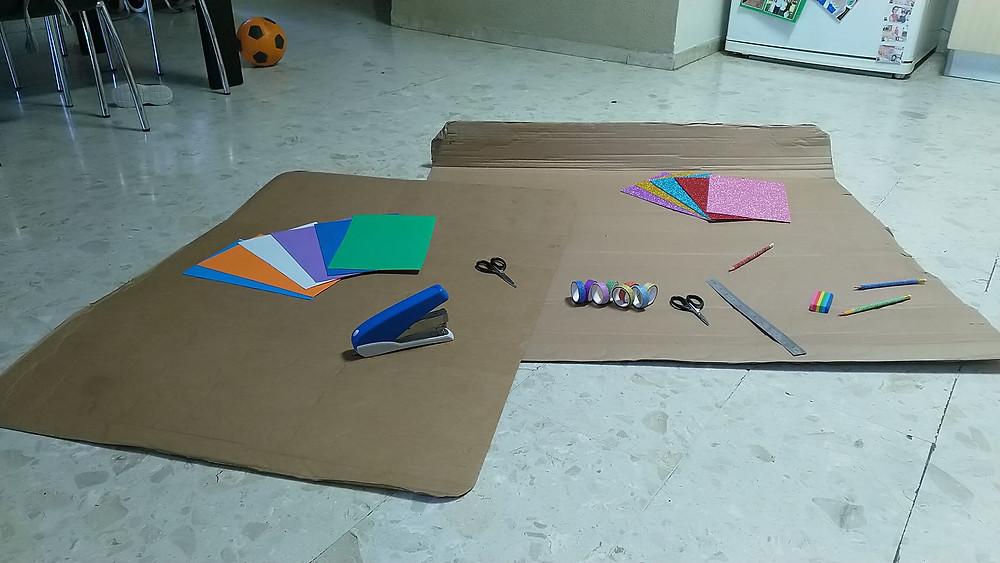 חומרי היצירה מסודרים על הרצפה בתחילת הפעילות