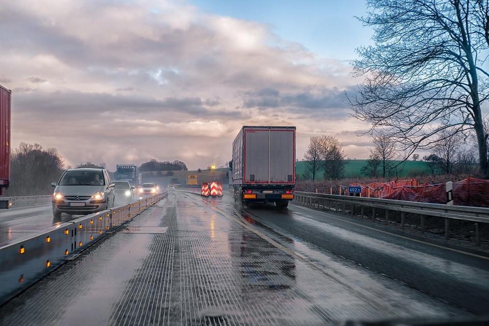 כלי רכב על כביש רטוב