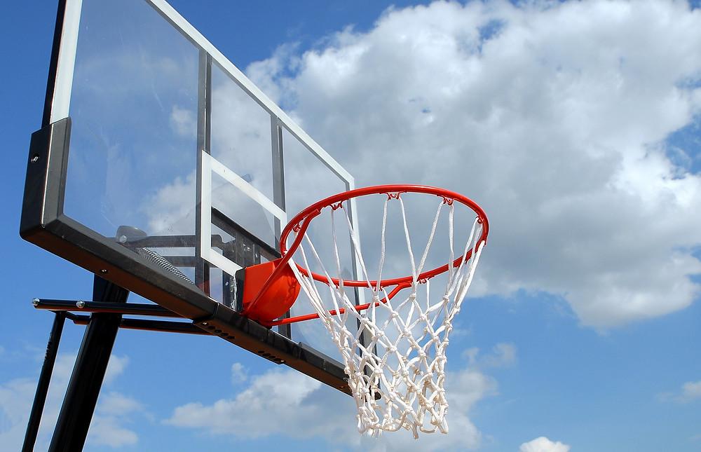 עמוד כדורסל על רקע שמיים כחולים
