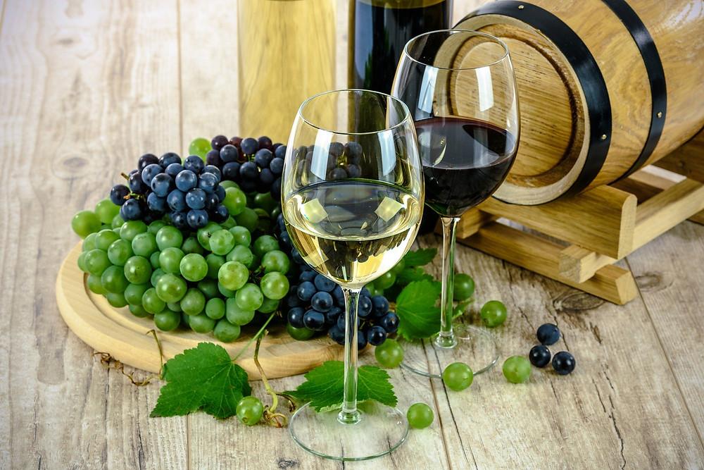 כוסות יין על רקע צלחת ענבים