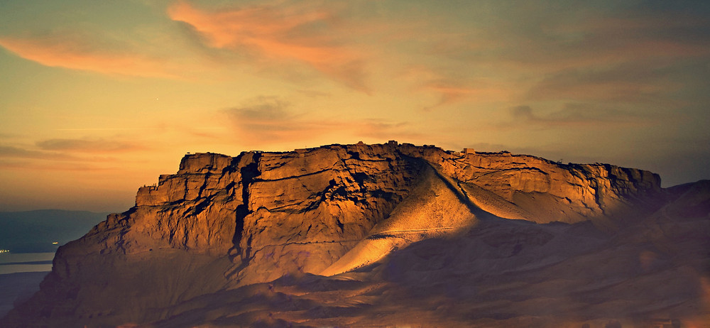 הר מצדה בשעות הערב