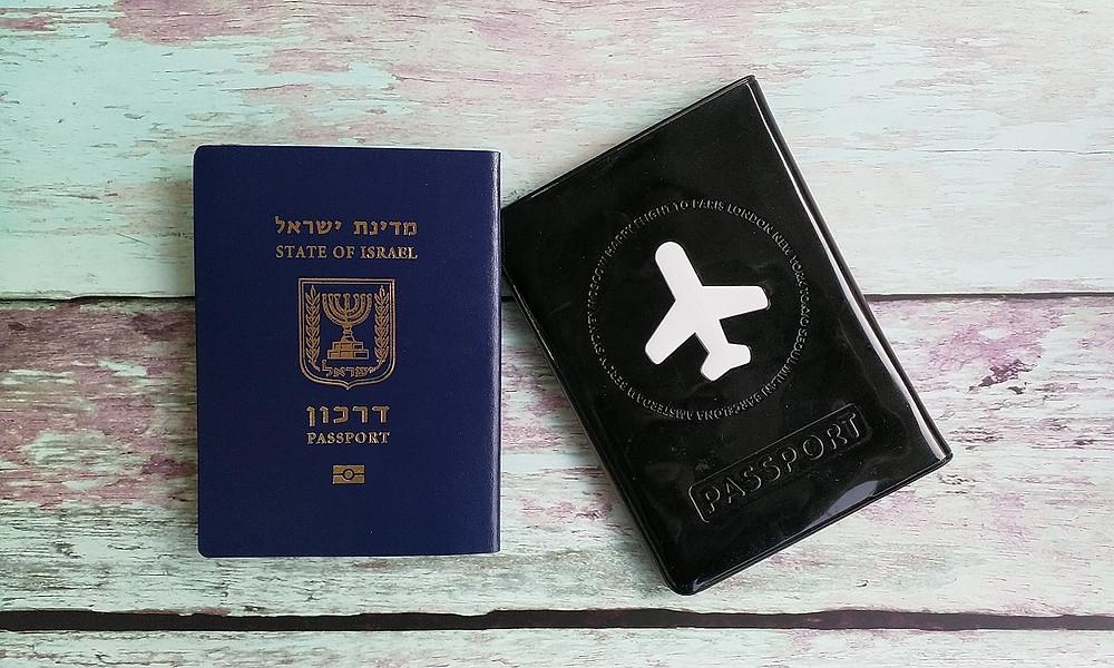 דרכון ישראלי עם סמל מדינת ישראל