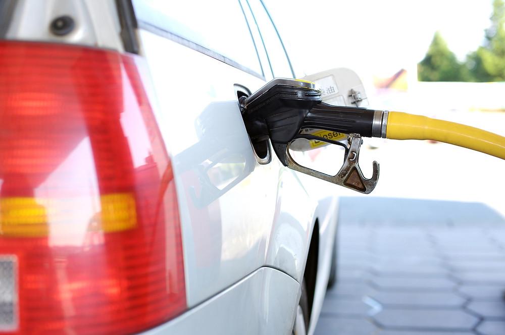 משאבת דלק תקועה בפתח תדלוק של מכונית