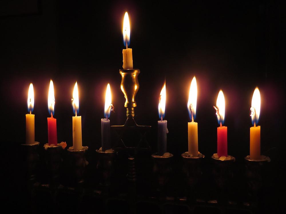חנוכיה דולקת עם תשעה נרות