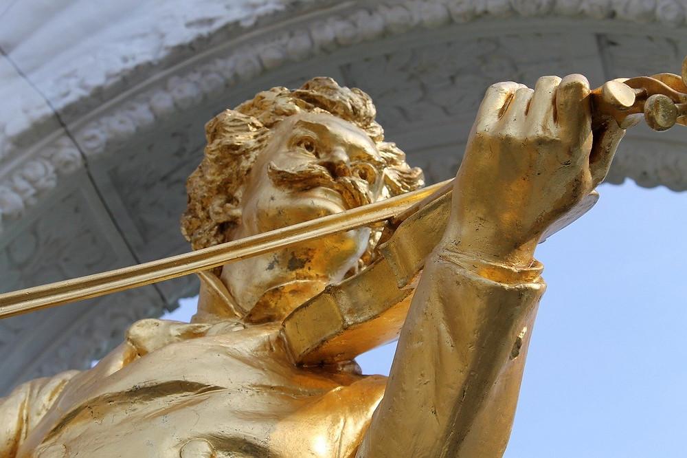 פסל של המלחין יוהן שטראוס