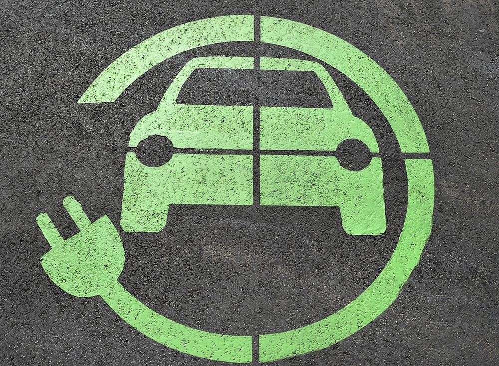 סימן של מטען למכונית עם מנוע חשמלי