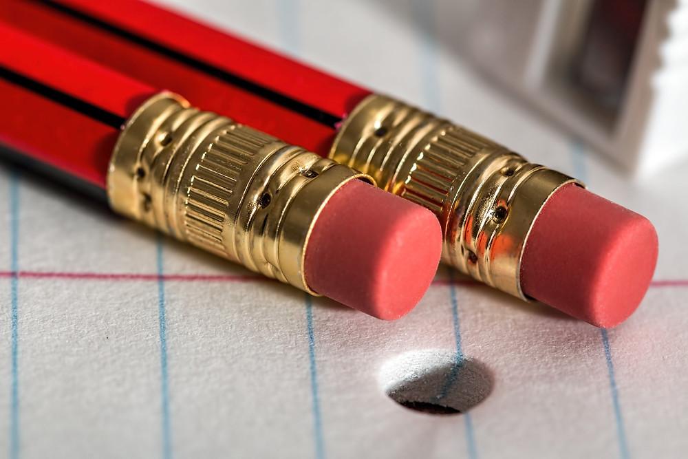 שני עפרונות על דף ניר