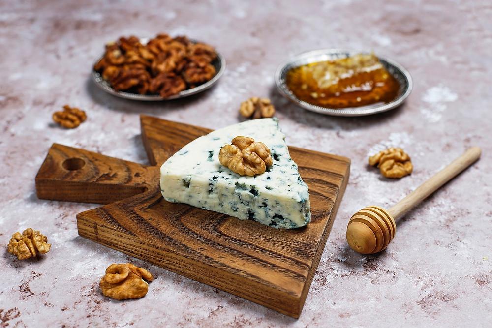 גבינת רוקפור על מגש עץ