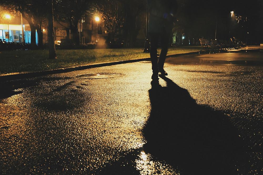 הולך רגל בשעות הערב