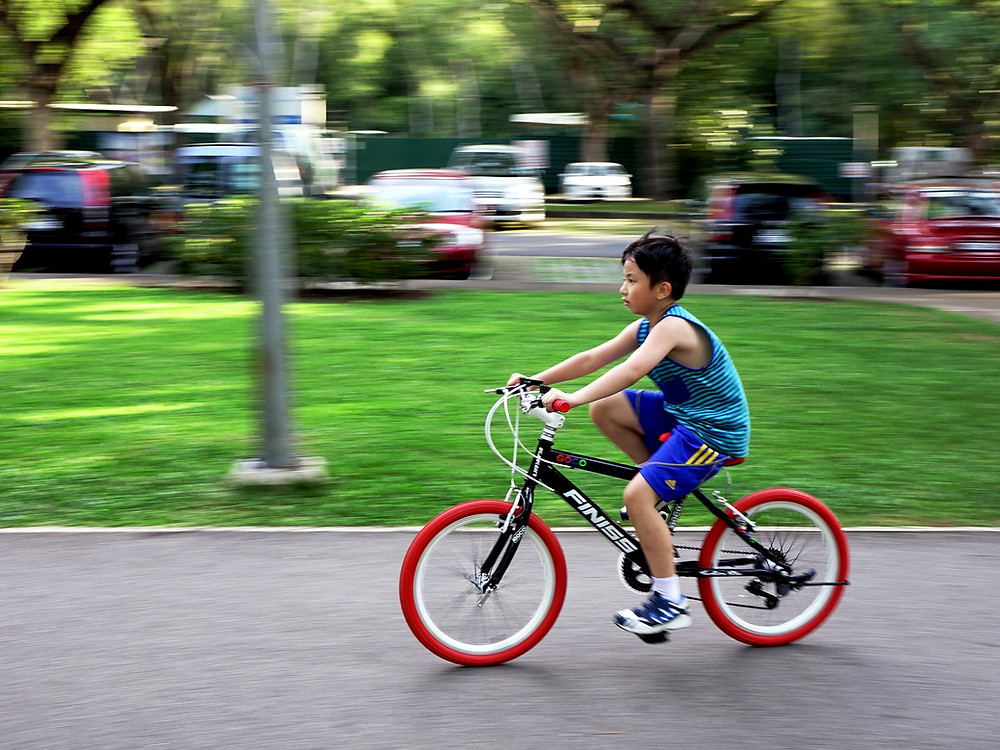 ילד רוכב על אופניים