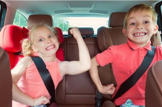 ילדים משתוללים במושב האחורי של הרכב