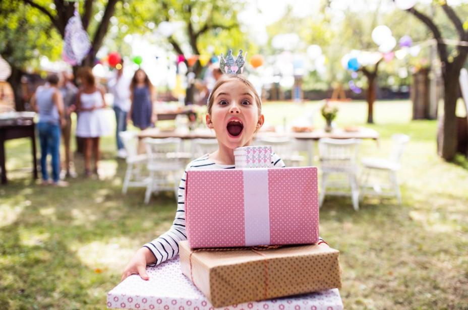 ילדה נושאת מתנות