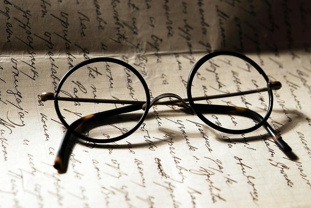 משקפי הארי פוטר על נייר כתוב
