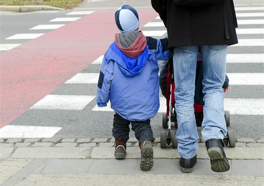 הורה וילד חוצים את הכביש