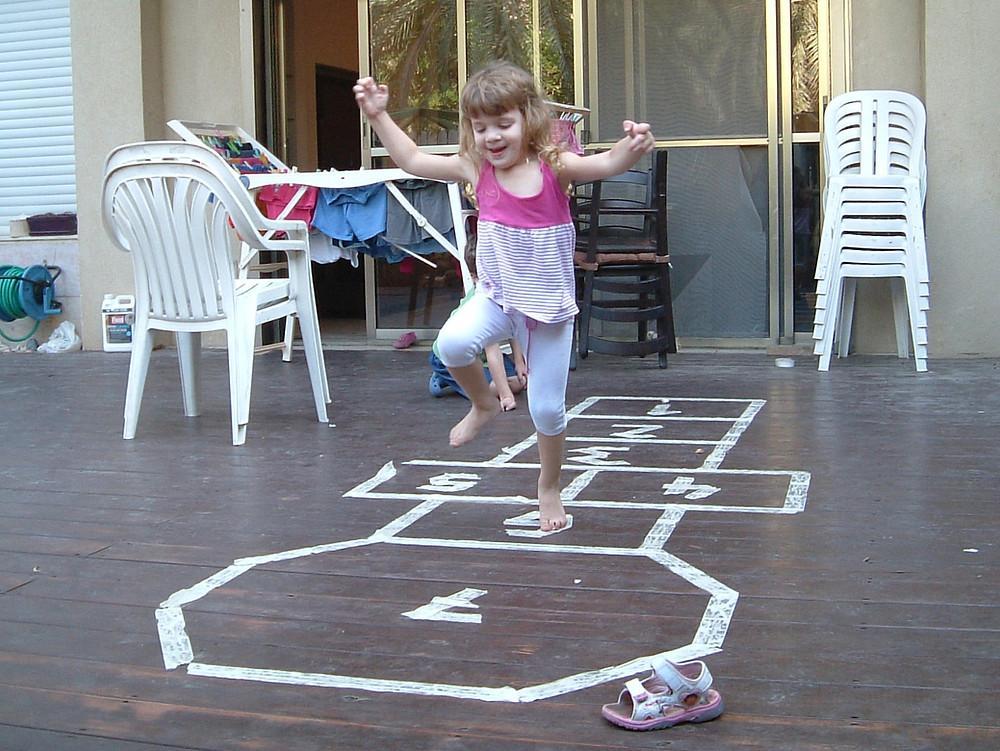 ילדה קופצת בקלאס