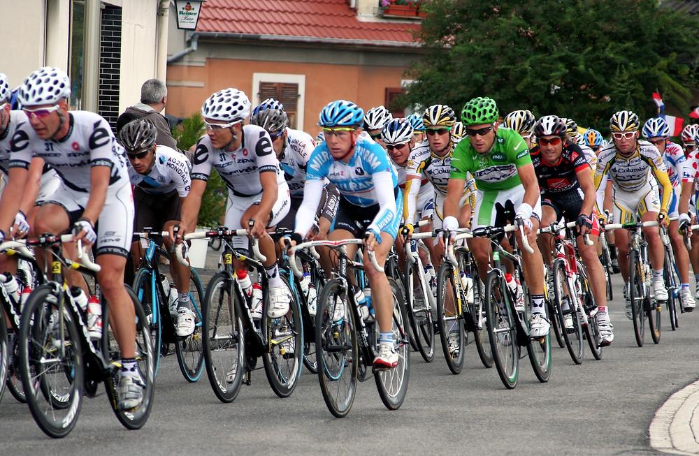 רוכבי אופניים בעת מירוץ