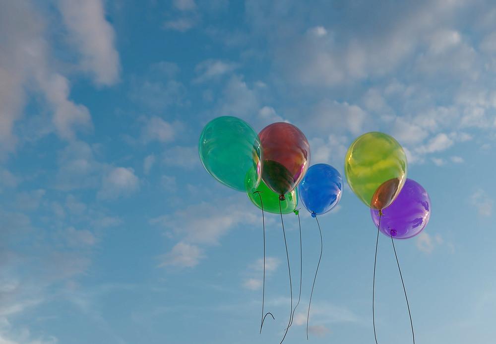בלונים מרחפים בשמיים