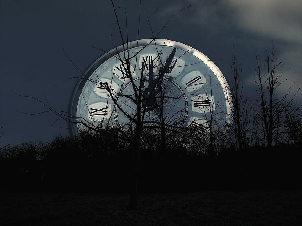 שעון גדול על רקע שמיים