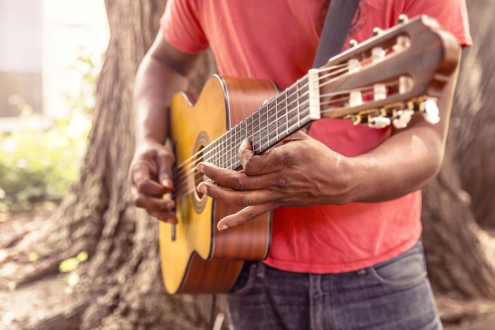 איש מנגן בגיטרה