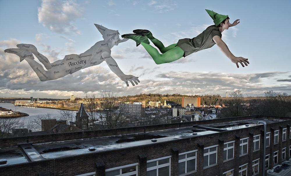 פיטר פן עף מעל גגות בתים