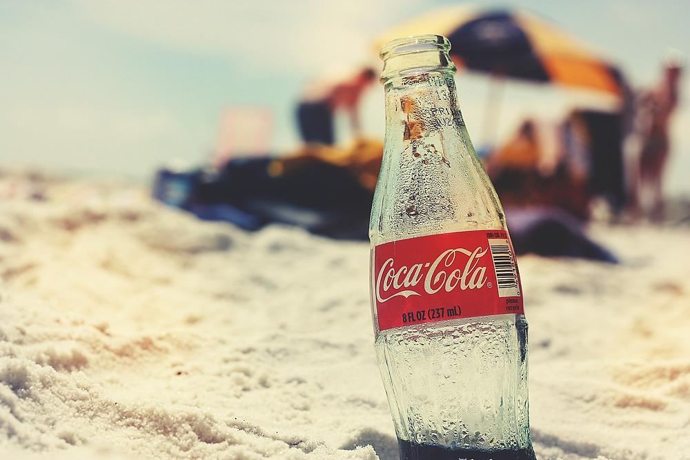 בקבוק קוקה קולה ריק בחוף הים