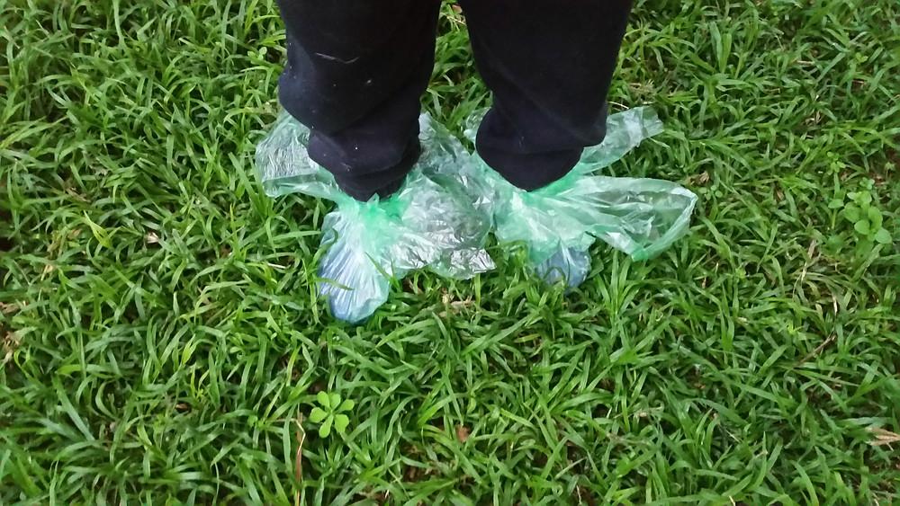 ילד עומד על משטח דשא
