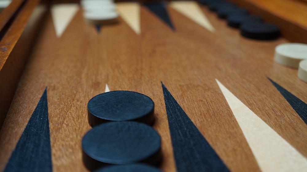 מבט מקרוב על לוח משחק שש בש