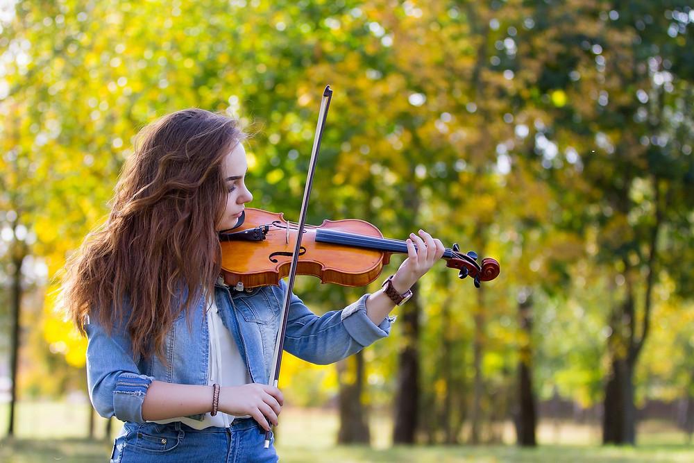 נערה מנגנת על כינור