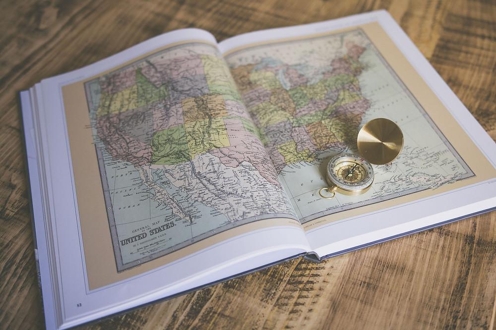 ספר מפות פתוח על גבי שולחן