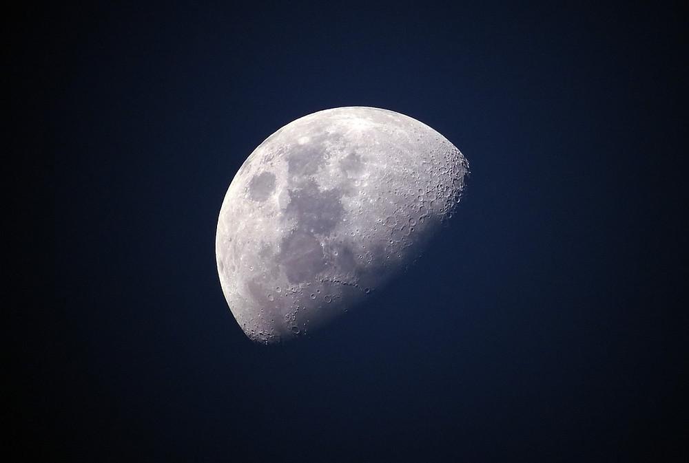 חצי ירח על רקע שמי הלילה
