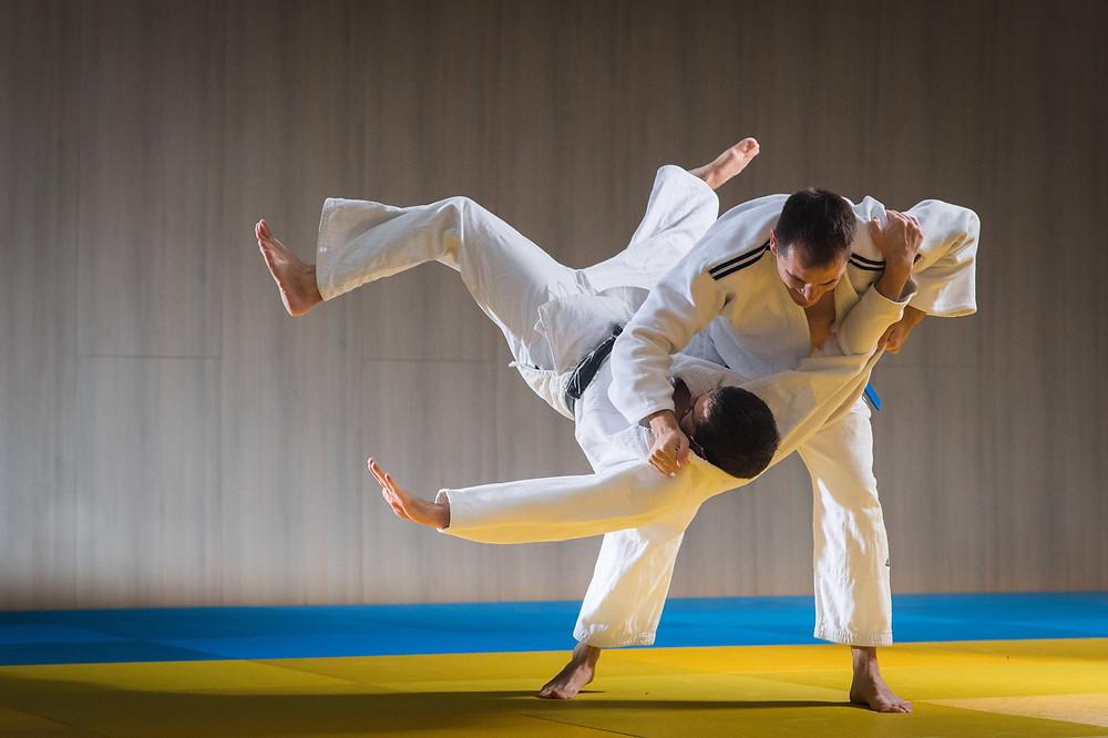 שני לוחמים בקרב ג'ודו