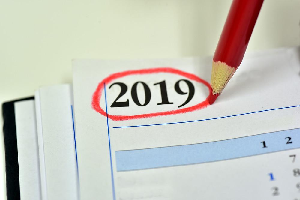 המספר 2019 מסומן באדום בתוך לוח שנה