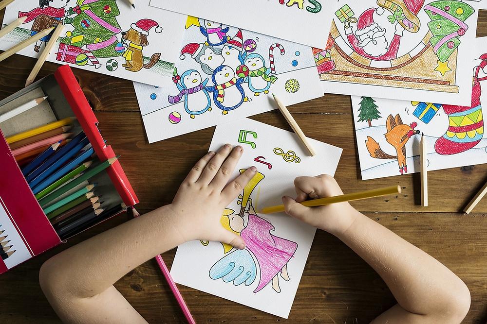 ילדה צובעת דפי צביעה