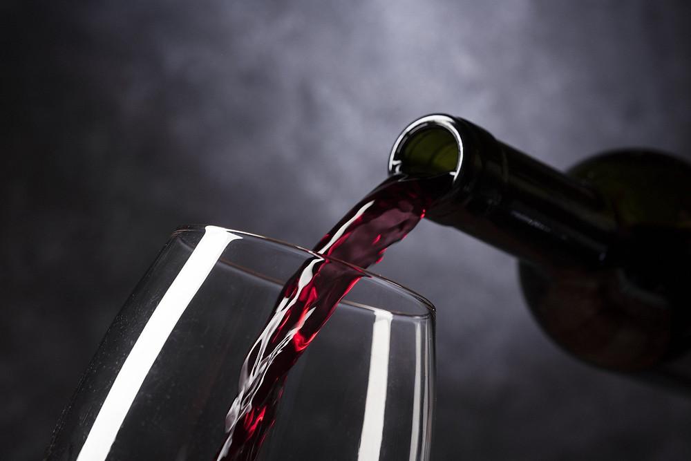 יין נמזג מבקבוק לכוס