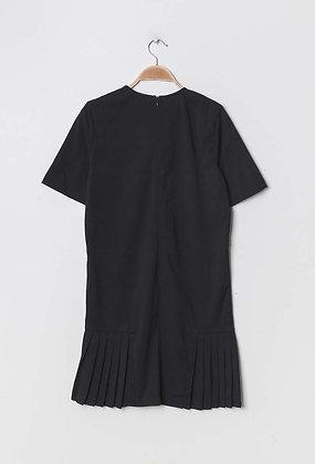 Robe noire avec détail plissé