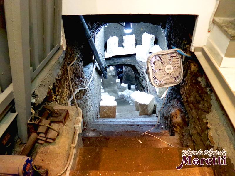Fungaia-Moretti-botola-accesso-grotta.jpg