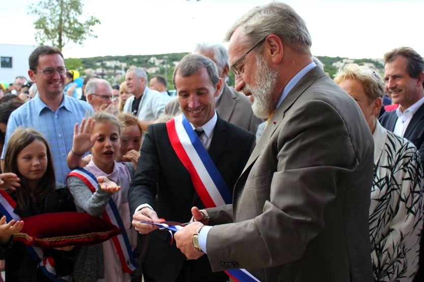Le maire inaugure l'école