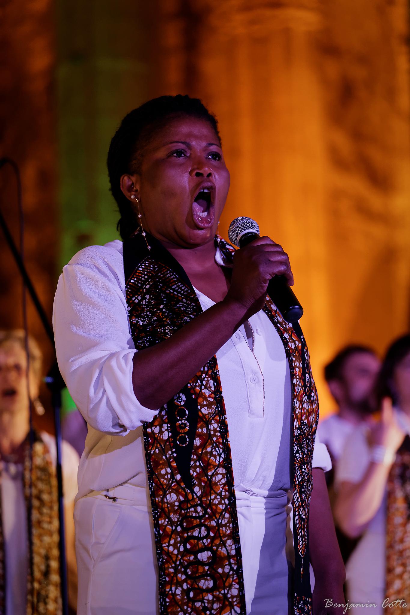 Akofa donne de la voix