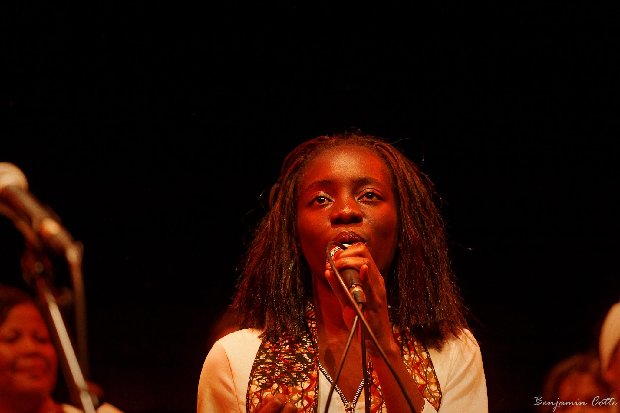 Avec conviction Théodora chante