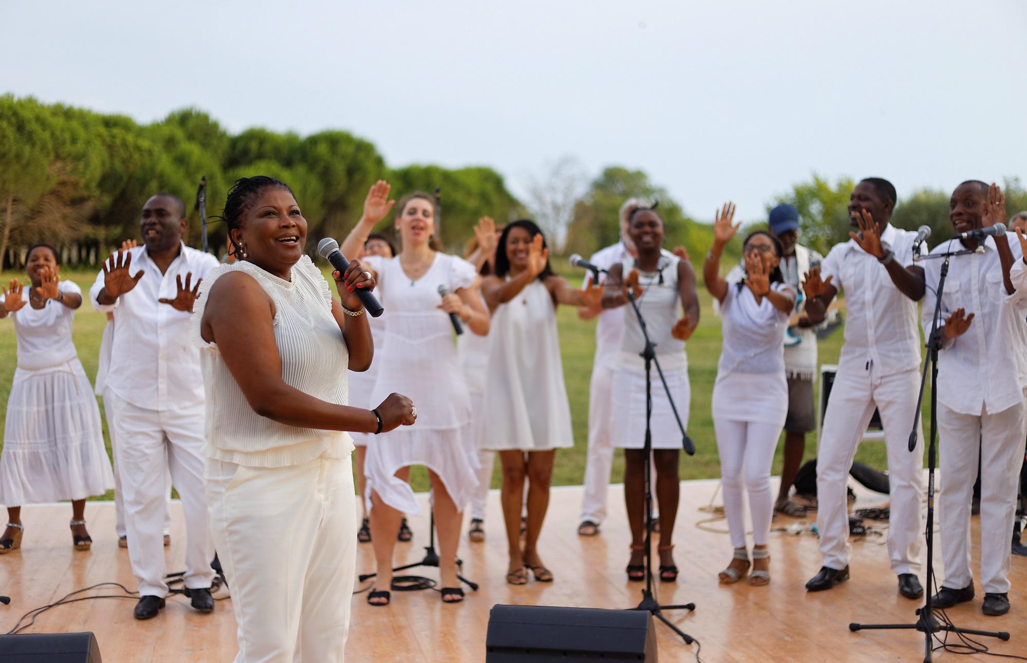 Akofa fait danser le public
