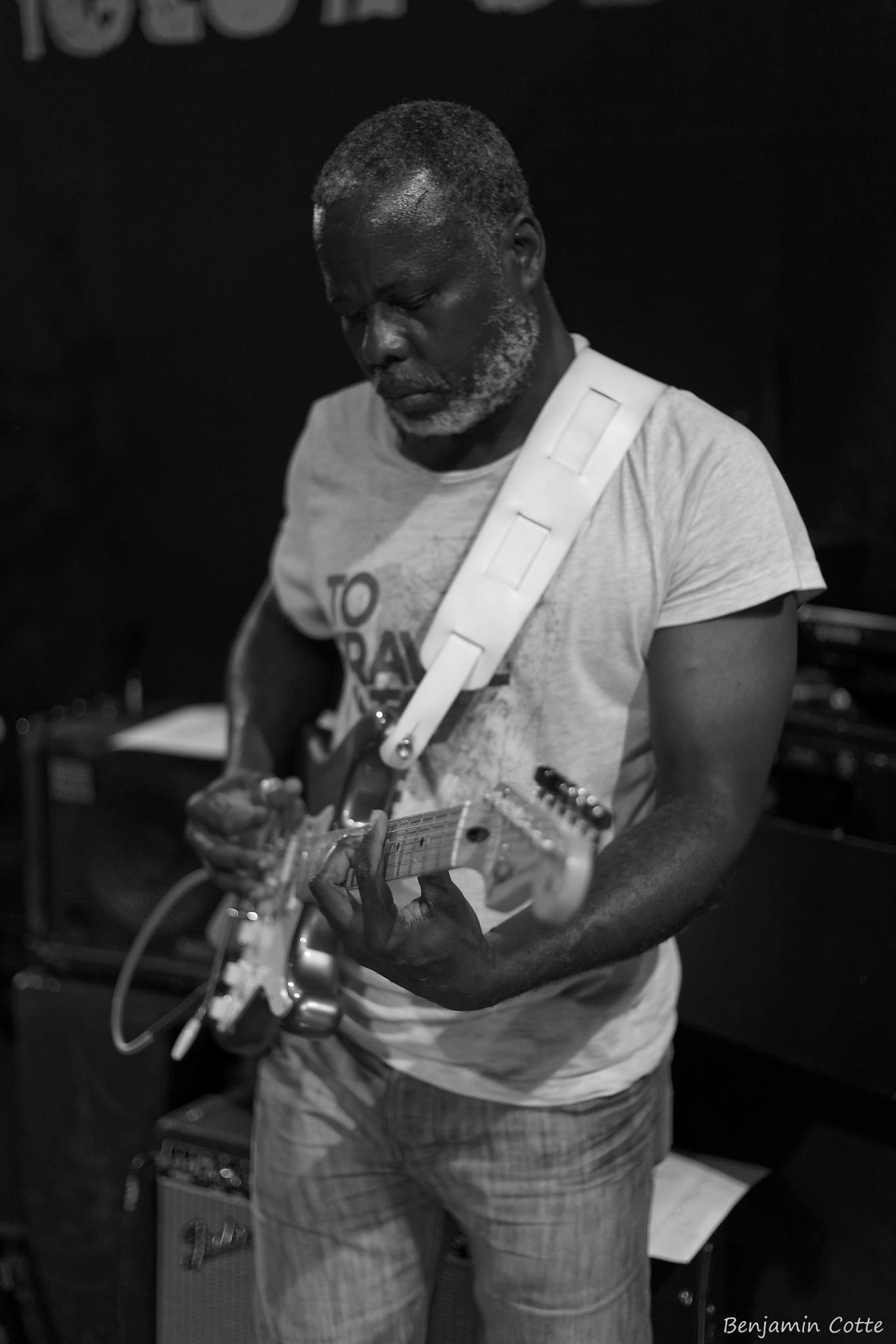 Bernard à la guitare