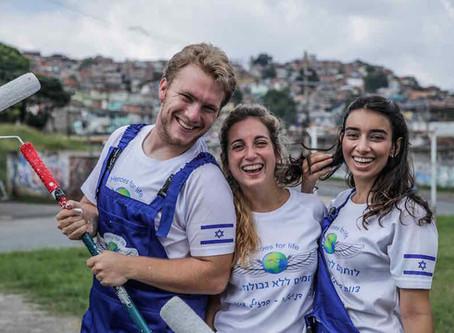 Israeli Backpackers Volunteer in Slums in Honor of Brazilian Youth Killed in Israel