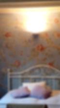 parete decorata e cuscini
