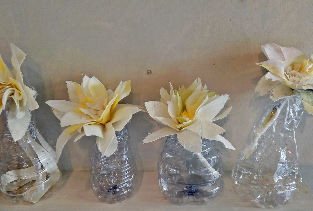fiori di tessuto in vasetti di plastica