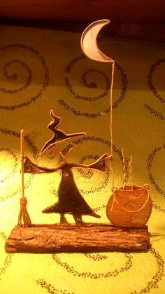 "Escultura papel ""Brujita-luna"""