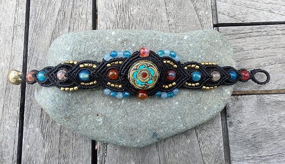 pulsera macramé y piezas tibetanas