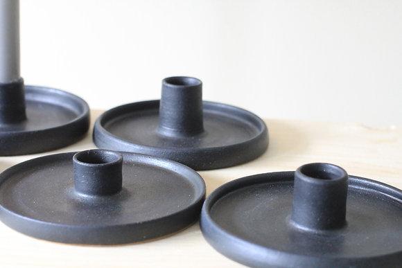 Lav lysestake i sort matt glasur