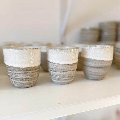 Sanddyne kopp med hvit kant